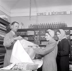 Kereskedelem - Egy szövetkezeti boltban