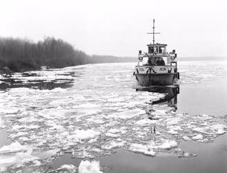 Közlekedés - Jégtörő hajó a Dunán