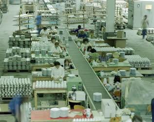 Ipar - Az Alföldi Porcelángyárban