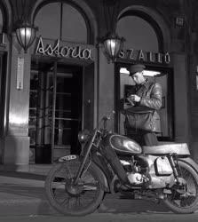 Városkép - Budapest éjjel - Postás
