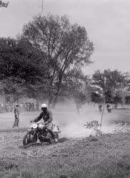 Sport - Motoros terepverseny a Népligetben