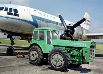 Traktorokkal vontatják a repülőgépeket a Ferihegyi repülőtéren