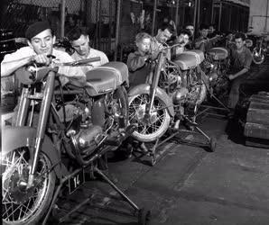 Ipar - Szerelik a motorkat Csepelen