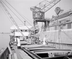 Közlekedés - Kereskedelem - Tengerjáró hajó rakodása