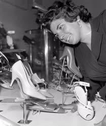 Divat - Kiállítás - Új modellek a cipőkiállításon