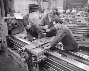 Ipar - Szerszámgépgyártás - Munka az SZIM Esztergagépgyárb