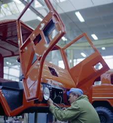 Ipar - Autógyártás -  A Laplander terepjárót szerelik a Csepel Autógyárban