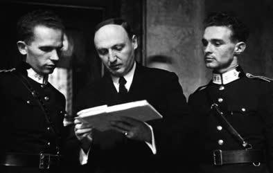 Belpolitika - A képviselőház folyosóján