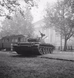 Ötvenhat emléke - Szovjet harckocsi a Nemzeti Múzeum előtt