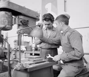 Ipar - Szovjet katona a kommunista műszakon