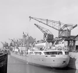 Kereskedelem - Tengerjáró hajó berakodása