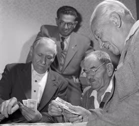 Szórakozás - Kártyacsata a Lőrinci Fonó nyugdíjas klubjában