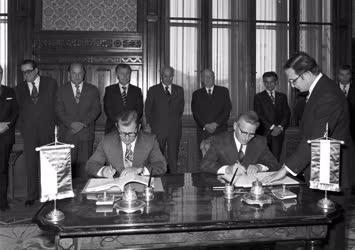 Külkapcsolat - Szerződés aláírás a Nagymaros-gabcikovoi vízlépcsőrendszer megvalósításáról és üzemeltetéséről