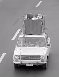 Közlekedés - Ágyat szállítanak az autón tetején