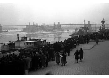 Városkép-életkép - Átkelésre váró pestiek a Duna-parton