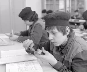 Oktatás - A Dunai Vasmű ipari szakmunkásképző intézetében