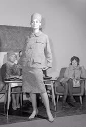 Kereskedelem - Divat - Tavaszi modellek divatbemutatója