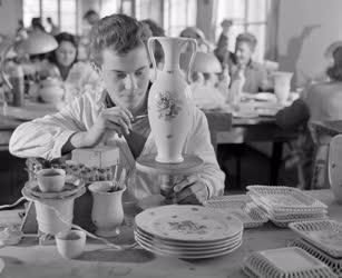 Oktatás - Ipar - Porcelánfestő tanuló a Herendi Porcelángyban