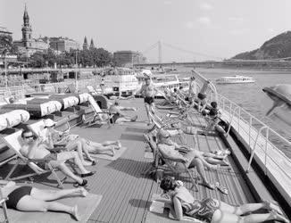 Városkép-életkép - Üdülőhajó a Dunán