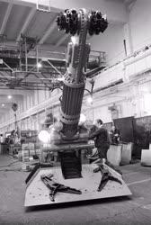 Ipar - Szerelik a bányagépet