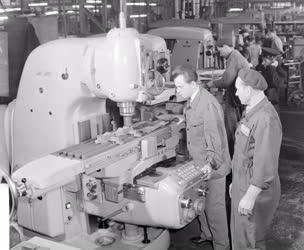 Ipar - Automata szerszámgépek a Csepel Vas- és Fémművekben