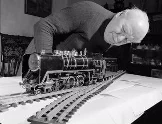 Életkép - Közlekedés - Mozdonymakett emlékezetből