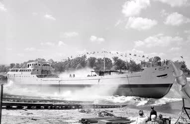 Közlekedés - Az Om Saber nevű tengerjáró hajó felavatása