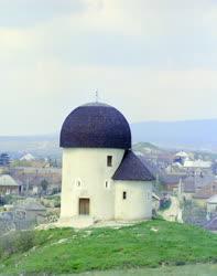 Kultúra - Műemlék - Építészeti ritkaság - Az ösküi kápolna