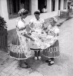 Kultúra - Folklór - Kalocsai népviseletbe öltözött nők