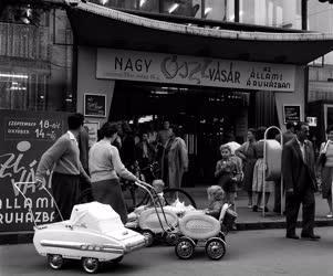 Városkép-életkép - Vásár a győri Állami Áruházban
