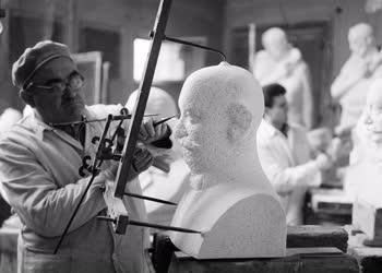 Kultúra - Szobrászat - A Képzőművészeti Alap műtermében
