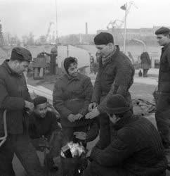 A szerző válogatása - Védőruha és védőital a hajóépítőknek