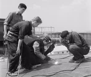 Oktatás - Középiskolások termelési gyakorlata a Gyár- és Gépszerelő Vállalatnál