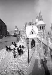 Táj, város - Életkép - A hóval borított Halászbástyánál