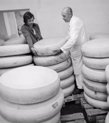Ipar - Élelmiszeripar - Óriássajtok a budafoki sajtüzemben