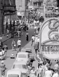 Városkép-életkép - Gyalogosok a Váci utcán