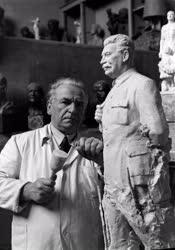 Kultúra - Kisfaludy Strobl Zsigmond szobrászművész