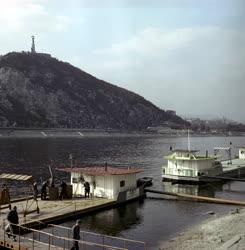 Kereskedelem - Haltároló bárkák a Dunán