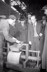 Külpolitika - Ipar - Szovjet sztahanovista látogatása az Északi Járműjavítóban