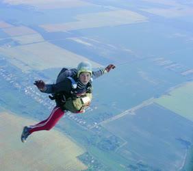 Sport - Gépelhagyás után a levegőben a magyar ejtőernyős válogatott versenyzője