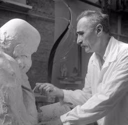 Kultúra - Varga Imre szobrászművész műtermében
