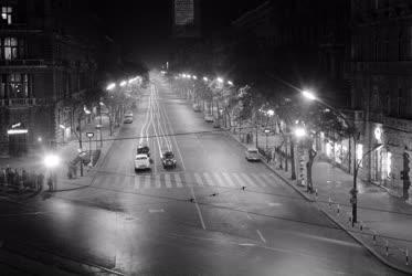 Városkép - A Népköztársaság útja este