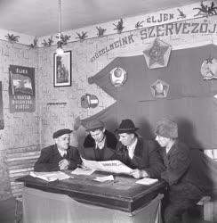 Belpolitika  - Életkép -  Szabad Nép újságot olvasó férfiak