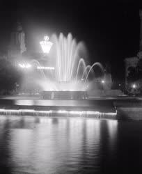 Városkép-életkép - Szökőkút az esti Debrecenben
