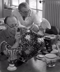 Ipar - Porcelánfestők a Herendi Porcelángyárban
