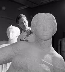 Kultúra - Készül Kucs Béla Fekvő nő szobra