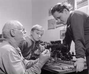 Szabadidő - Hobbi - Modellező nyugdíjas mozdonyvezető