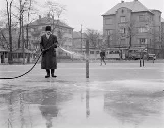 Téli sportok - Készülnek az alkalmi jégpályák
