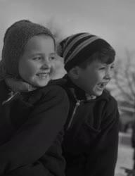 Életkép - Szánkózó gyerekek