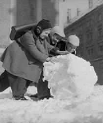 Városkép-életkép - Készül a hóember